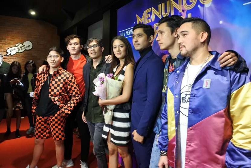 Para pemain film Menunggu Pagi ditemui di gala premier, Senin (8/10) malam.