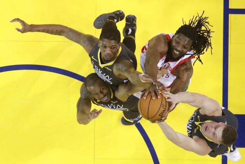 Para pemain Golden State Warriors (hitam) berebut bola dengan pemain Houston Rockets.