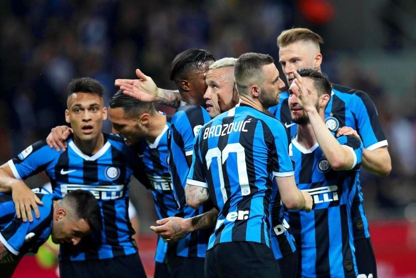Para pemain Inter Milan merayakan keberhasilan lolos ke Liga Champions musim depan.