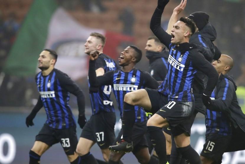 Para pemain Inter Milan merayakan keberhasilan mengalahkan Napoli di Serie A.