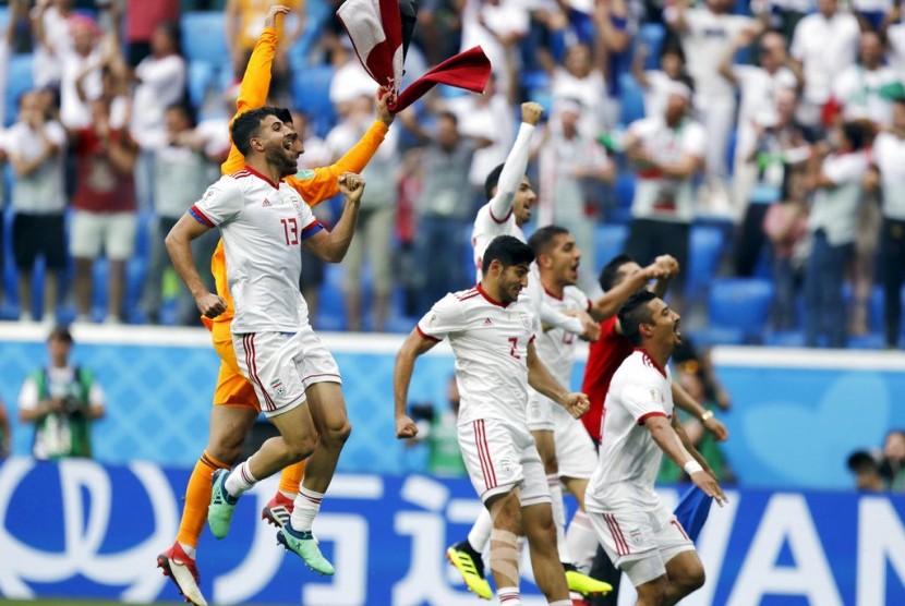 Para pemain Iran merayakan kemenangan atas Maroko pada laga pembuka Grup B Piala Dunia 2018, di Stadion St Petersburg, Rusia, Jumat (15/6).