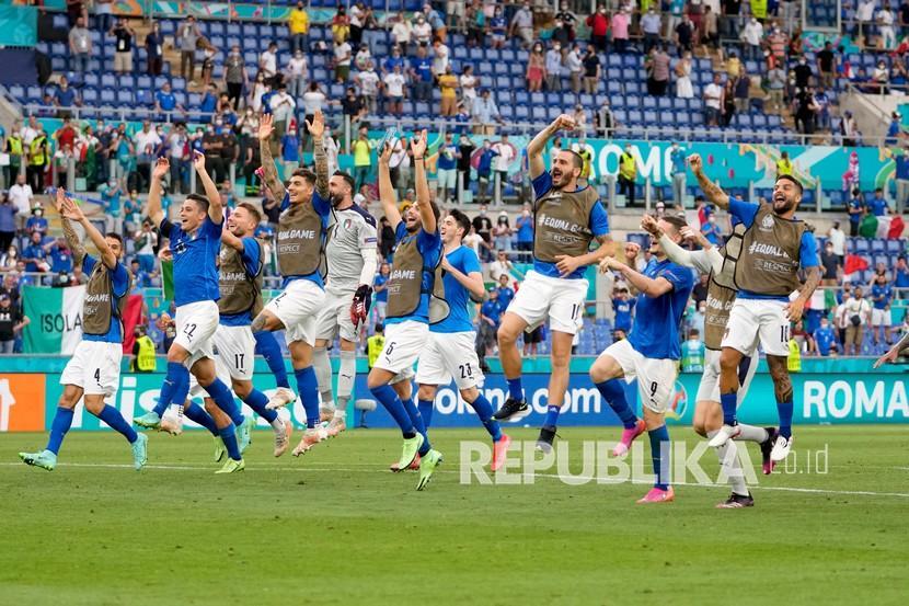 Para pemain Italia merayakan kemenangan 1-0 mereka di akhir pertandingan grup A kejuaraan sepak bola Euro 2020 antara Italia dan Wales, di stadion Olimpiade Roma, Ahad (20/6). Italia menang 1-0.