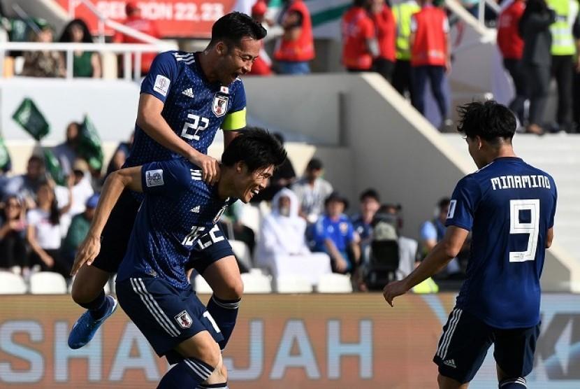Para pemain Jepang merayakan gol ke gawang Arab Saudi di Piala Asia 2019.