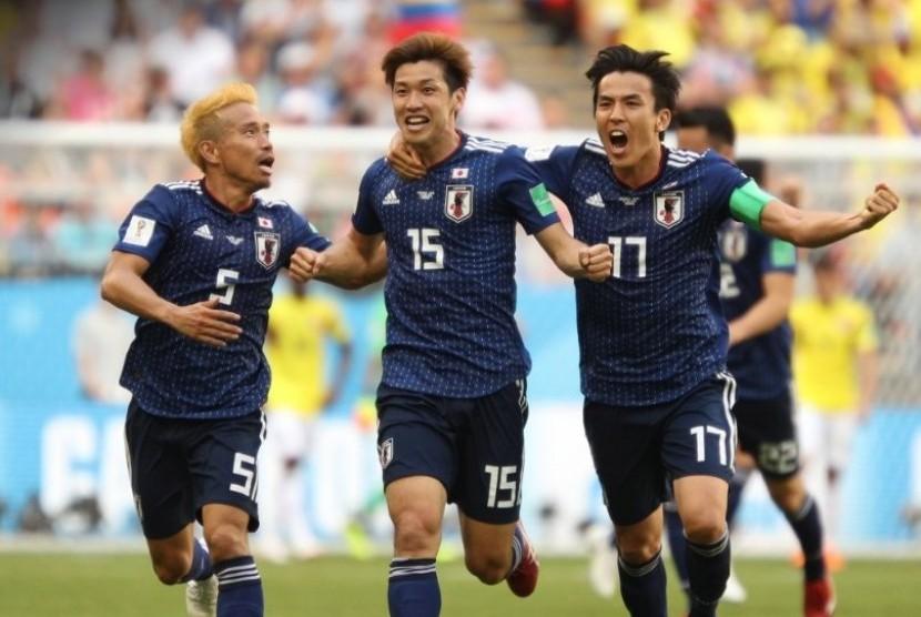 Para pemain Jepang merayakan gol Yuya Osako (tengah) pada laga lawan Kolombia, Selasa (19/6).