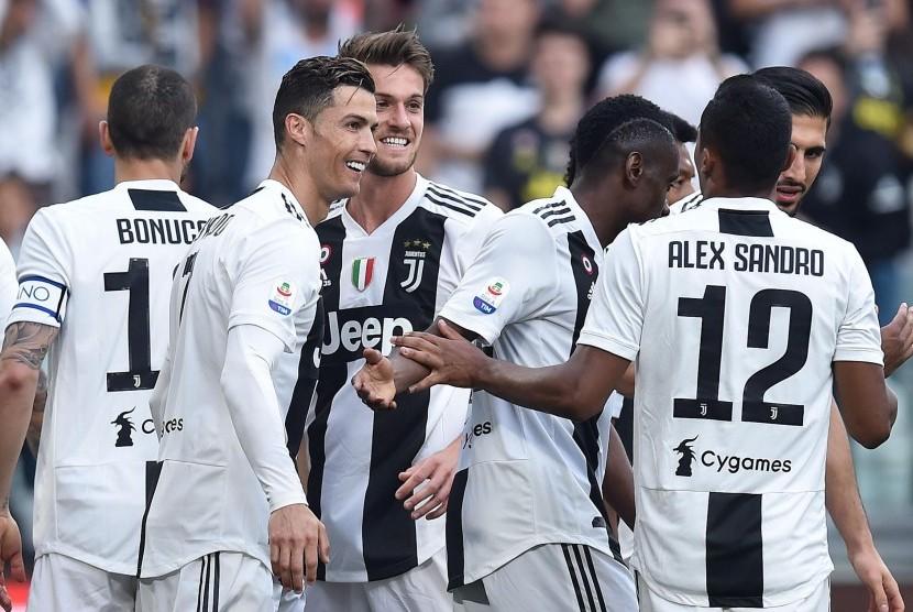 Para pemain Juventus merayakan gol ke gawang Fiorentina.