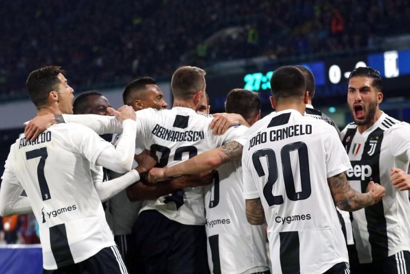 Para pemain Juventus merayakan gol ke gawang Napoli.