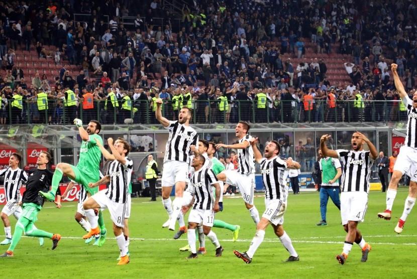 Para pemain Juventus merayakan kemenangan 3-2 atas Inter Milan pada laga Serie A di Giuseppe Meazza, Ahad (29/4) dini hari WIB.