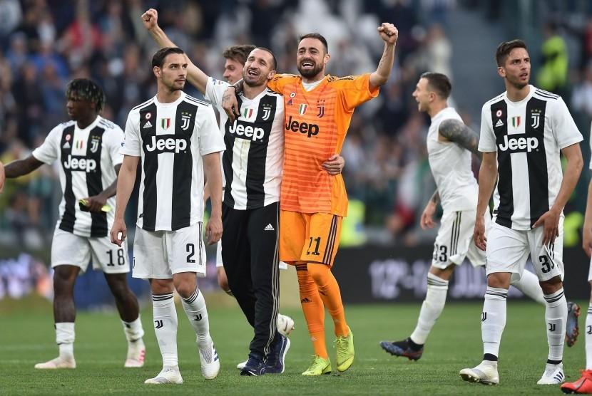 Para pemain Juventus merayakan kemenangan atas Fiorentina sekaligus keberhasilan menjadi juara Seri A Italia 2018/2019.