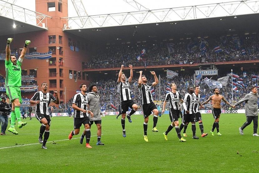 Para pemain Juventus merayakan kemenangan laga Serie A atas Sampdoria di Luigi Ferraris, Ahad (19/3). Juve menang 1-0.