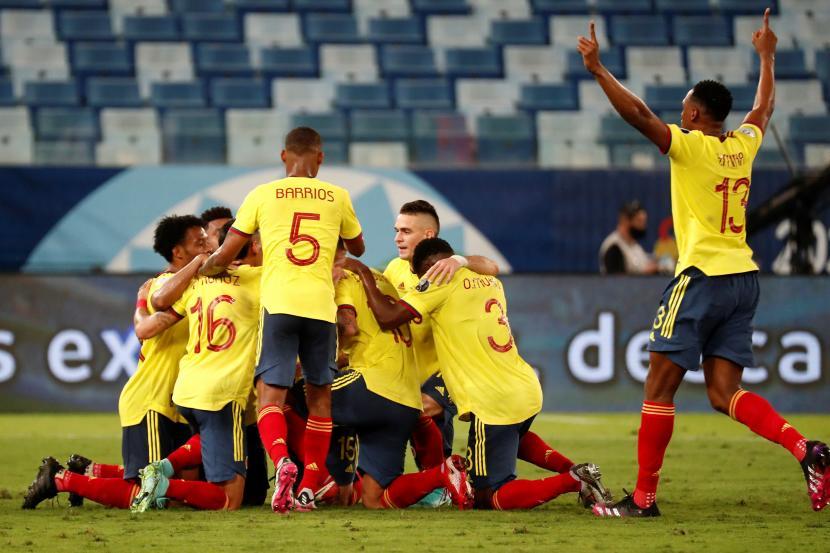 Para pemain Kolombia merayakan gol ke gawang Ekuador pada laga perdana Grup A Copa America 2021 di Cuiba, Brasil, Senin (14/6).