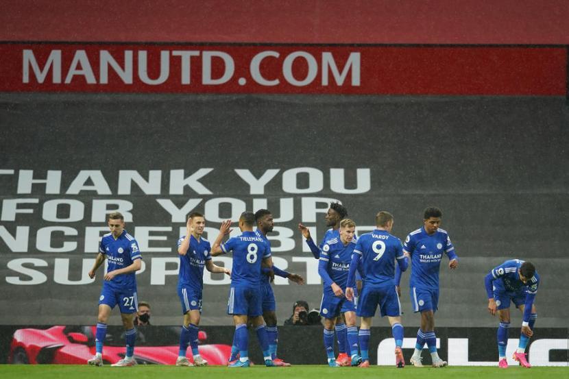 Para pemain Leicester City merayakan gol ke gawang Manchester United.