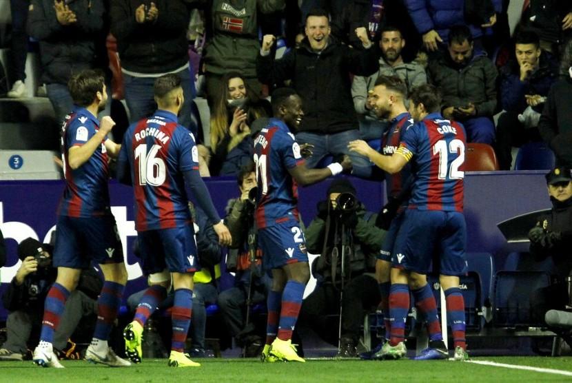 Para pemain Levante merayakan gol ke gawang Barcelona.