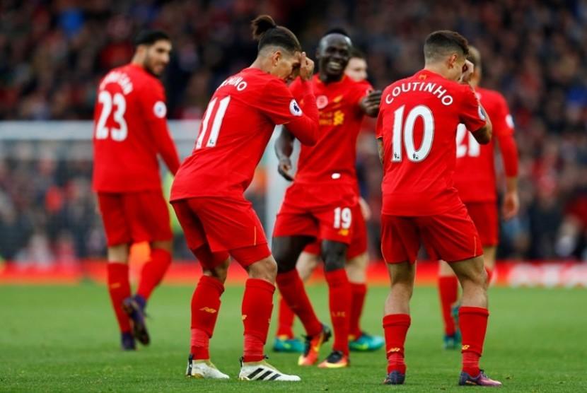 Para pemain Liverpool merayakan gol ke gawang Watford.