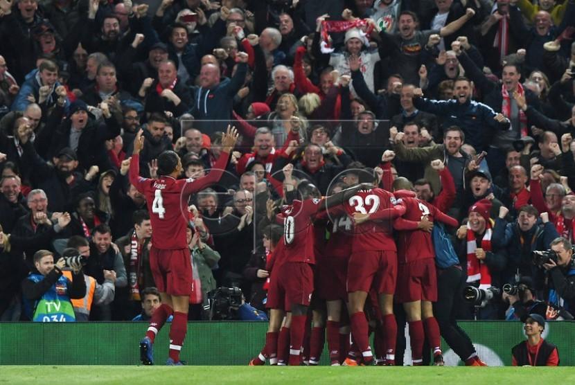 Para pemain Liverpool merayakan gol keempat dalam pertandingan lawan Barcelona FC di Anfield, Liverpool, Rabu (8/5) dini hari WIB