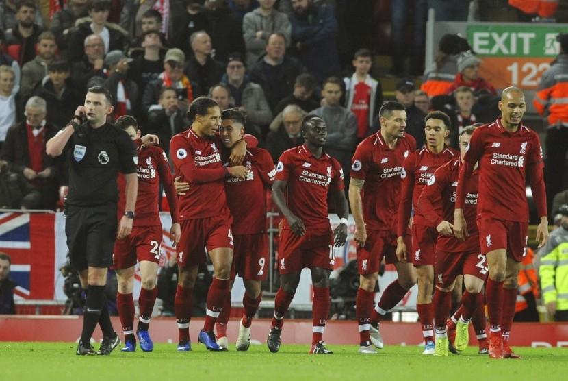 Para pemain Liverpool merayakan gol Roberto Firmino ke gawang Arsenal.
