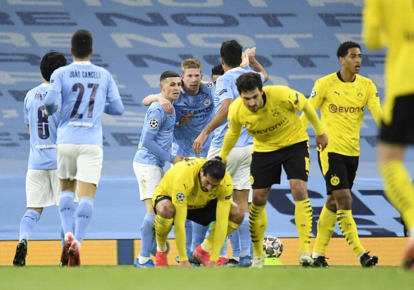 Para pemain Manchester City (biru) merayakan gol Kevin De Bruyne ke gawang Borussia Dortmund.