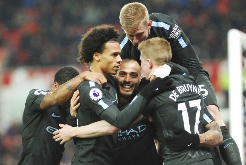 Para pemain Manchester City melakukan selebrasi.