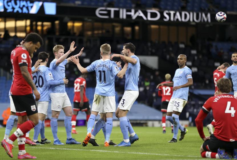 Para pemain Manchester City merayakan gol Kevin De Bruyne (ketiga kiri) ke gawang Southampton dalam pertandingan Liga Primer Inggris.