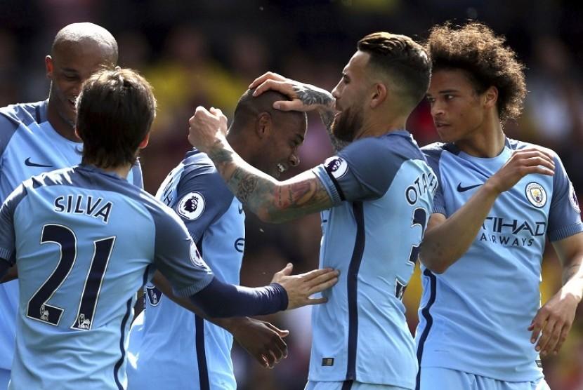 Para pemain Manchester City merayakan gol yang dicetak Fernandinho (tengah) ke gawang Watford. City menang 5-0 dan memastikan finis di posisi ketiga klasemen Liga Primer Inggris.