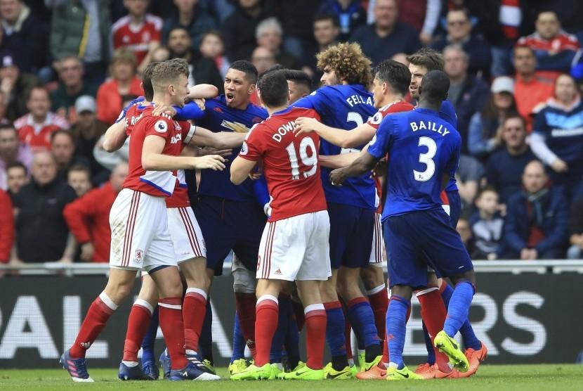 Para pemain Manchester United dan Middlesbrough bersitegang pada laga Liga Primer di the Hawthorns, Ahad (19/3) dini hari WIB. United menang 3-1 pada laga ini.