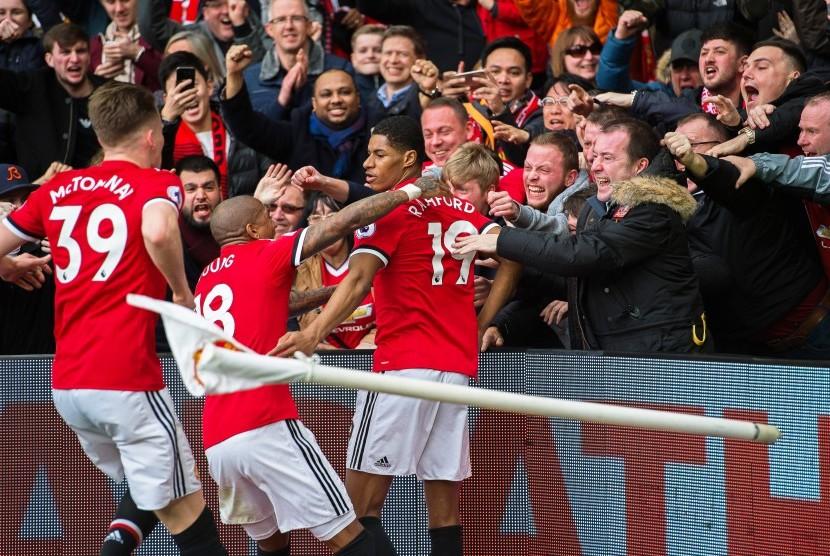 Para pemain Manchester United melalukan selebrasi.