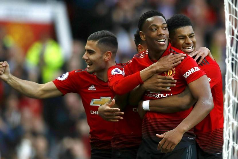 Para pemain Manchester United saat merayakan gol.