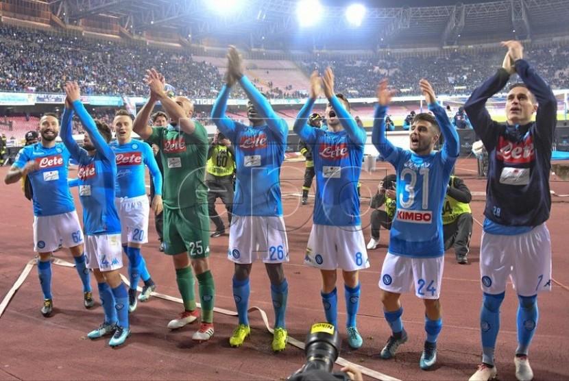 Para pemain Napoli merayakan kemenangan seusai pertandingan.