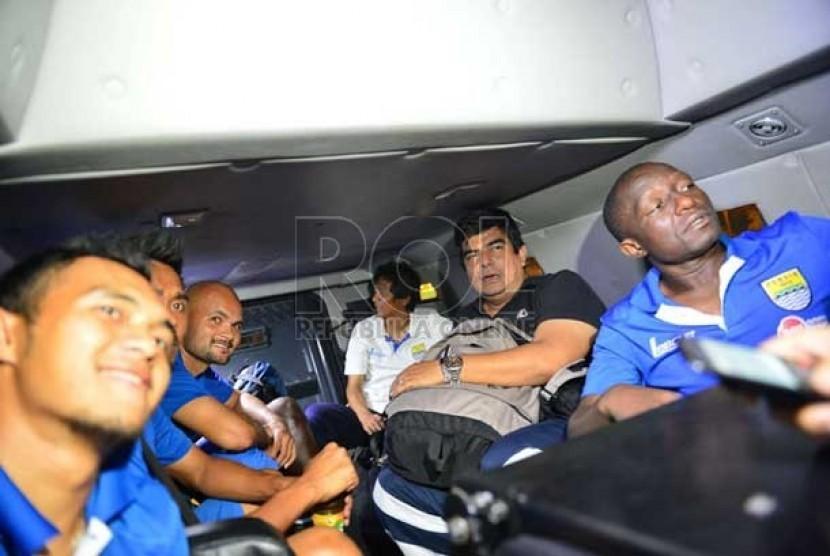 Para pemain Persib di dalam kendaraan taktis Barracuda saat dievakuasi usai diserang oknum suporter The Jak di Jakarta, Sabtu (22/6).