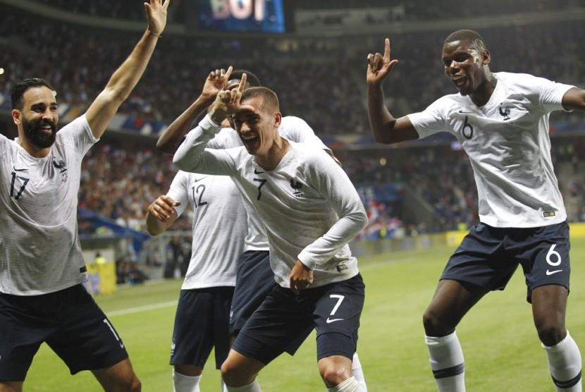Para pemain Prancis merayakan gol Antoine Griezmann (tengah) ke gawang Italia.