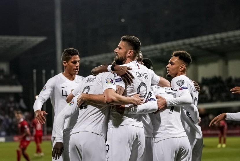 Para pemain Prancis merayakan gol ke gawang Moldova.