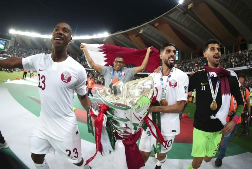 Para pemain Qatar membawa trofi Piala Asia setelah berhasil menjadi juara pada turnamen yang digelar di Uni Emirat Arab.