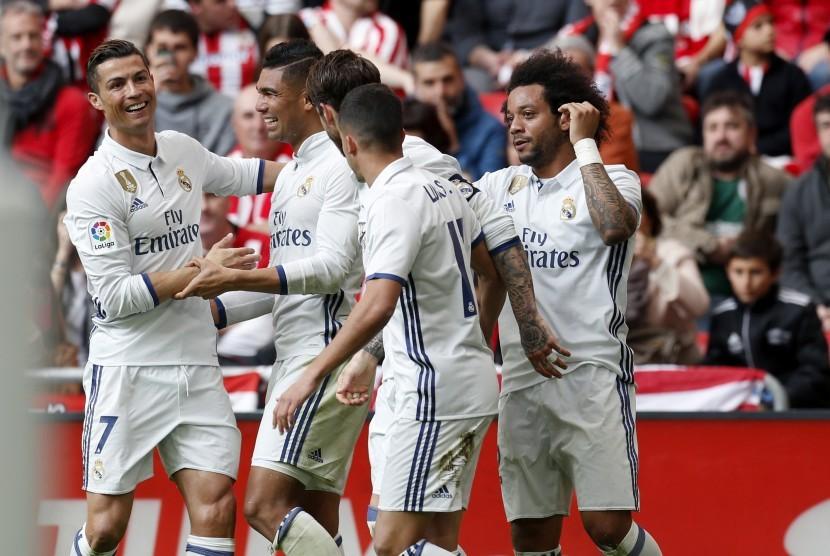Para pemain Real Madrid merayakan gol Casemiro (kedua dari kiri) ke gawang Athletic Bilbao pada laga La Liga di San Memes, Sabtu (18/3). Madrid menang 2-1.