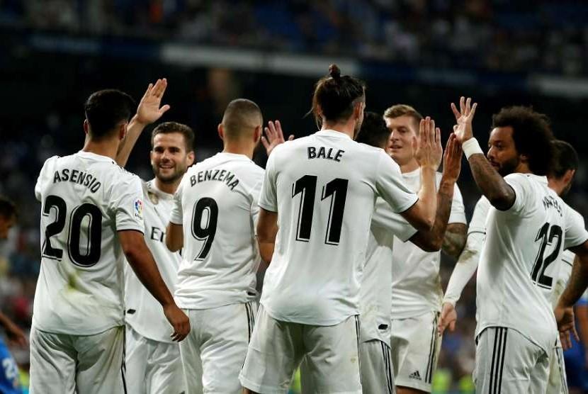Para pemain Real Madrid merayakan gol Gareth Bale (tengah) ke gawang Getafe.