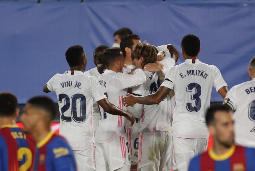 Para pemain Real Madrid merayakan gol ke gawang Barcelona pada pertandingan El Clasico La Liga Spanyol.