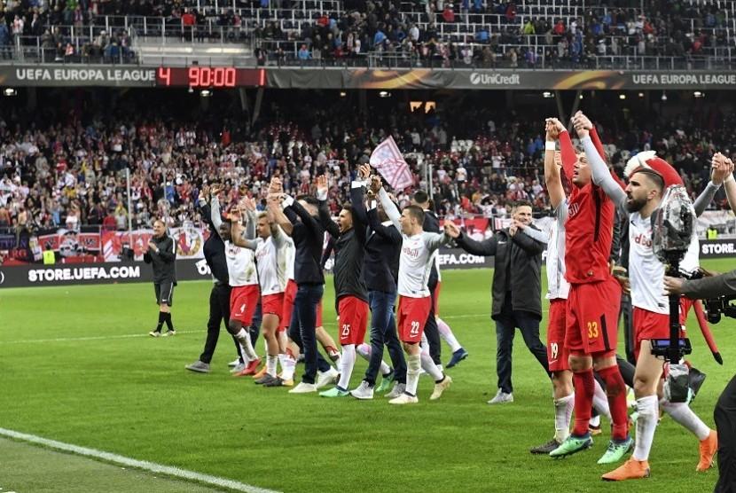 Para pemain Salzburg meluapkan kegembiraan setelah lolos ke semi final Liga Europa. Salzburg menghentikan permainan Lazio