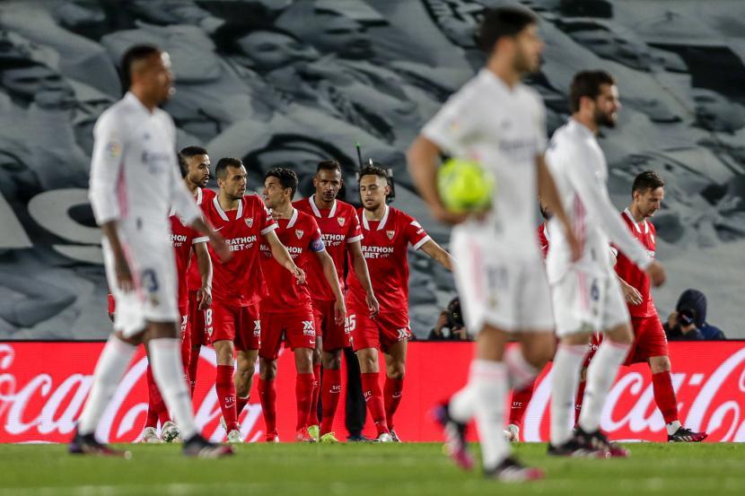 Para pemain Sevilla melakukan selebrasi usai Ivan Rakitic mencetak gol kedua lewat titik putih ke gawang Real Madrid dalam pertandingan sepak bola La Liga Spanyol di Stadion Alfredo di Stefano di Madrid, Spanyol, Senin, (10/5) dini hari WIB