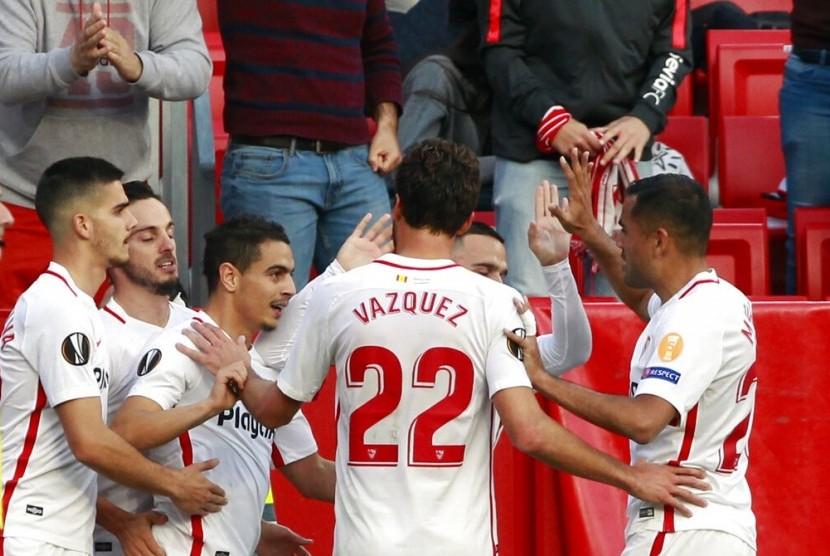 Para pemain Sevilla merayakan gol ke gawang Lazio di Liga Europa.