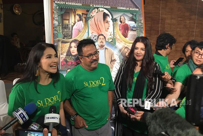 Para pemain Si Doel The Movie 2 menggelar konferensi pers  peluncuran poster dan trailer Si Doel The Movie 2 di Rumah Si Doel,  Jakarta Selatan pada Rabu (27/3).