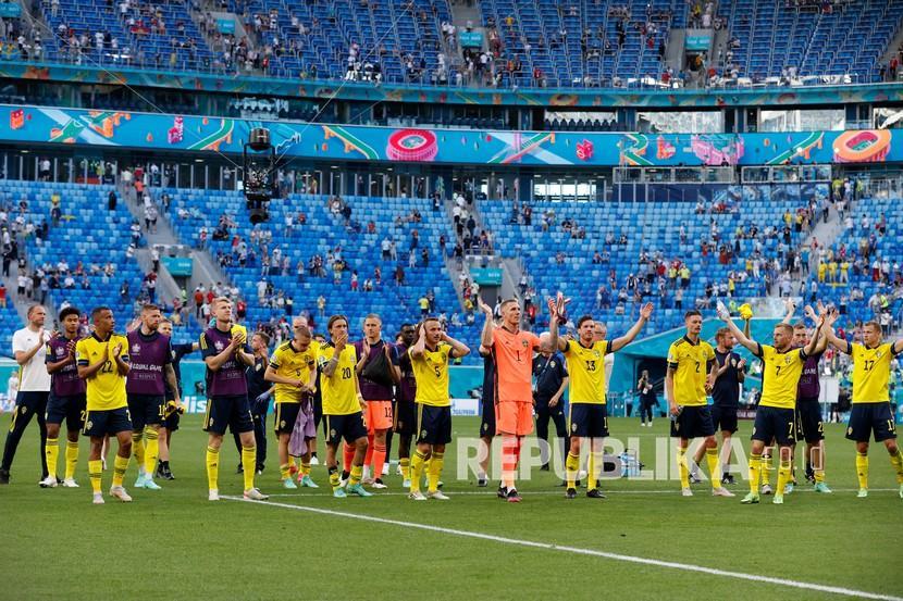 Para pemain Swedia melakukan selebrasi usai pertandingan Grup E Euro 2020 antara Swedia dan Slovakia, di Stadion Saint Petersburg, di Saint Petersburg, Rusia, Jumat (18/6). Swedia unggul 1-0 berkat gol penalti Emil Forsberg.