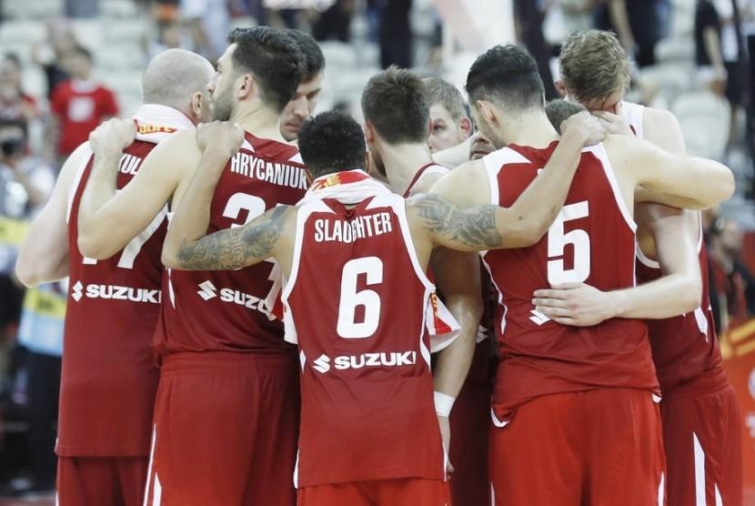 Para pemain tim basket Polandia berpelukan setelah dikalahkan Spanyol pada laga perempat final Piala Dunia FIBA 2019 di Shanghai, China.