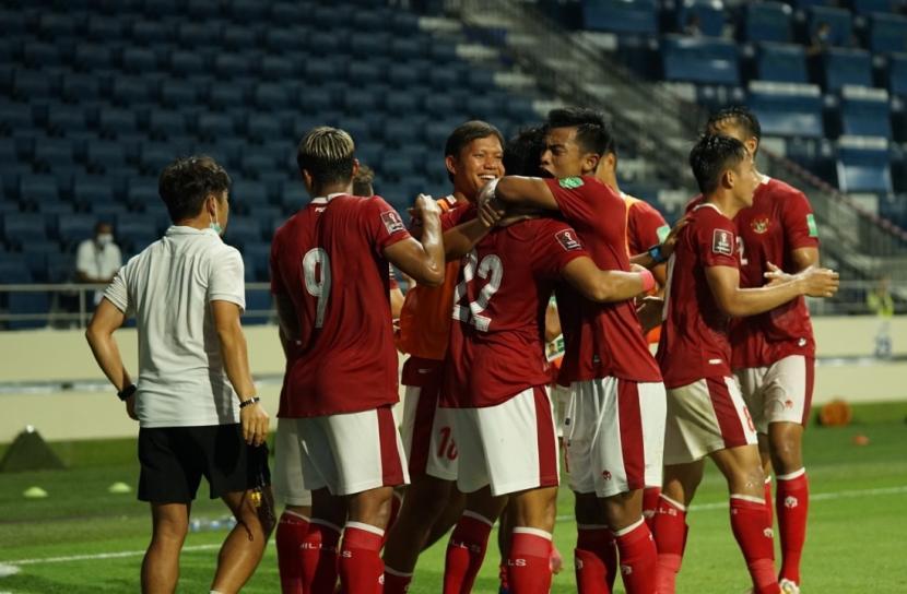 Para pemain timnas Indonesia berselebrasi seusai menjebol gawang Thailand pada laga kualifikasi Piala Dunia 2022.