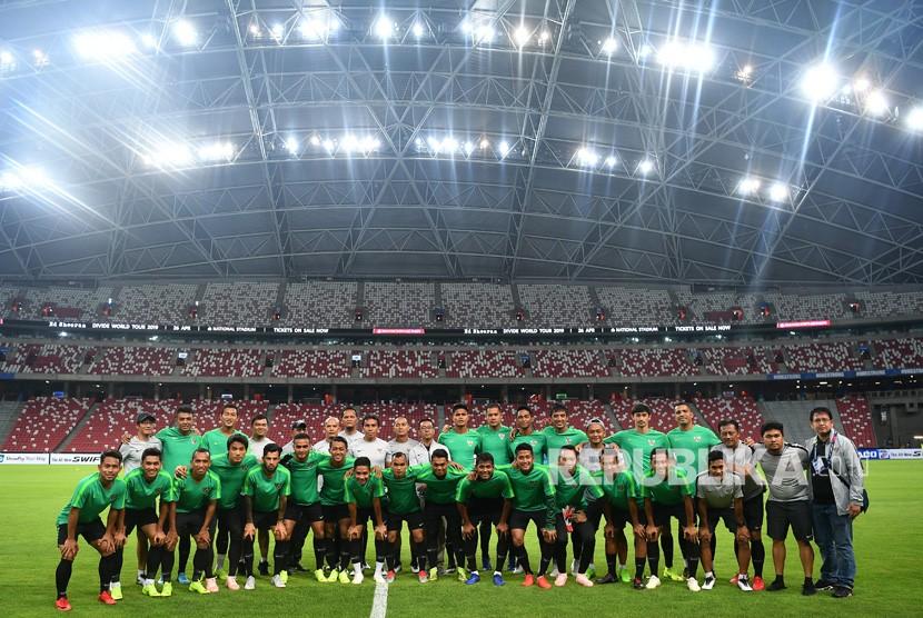 Para pemain timnas Indonesia beserta pelatih dan ofisial berfoto bersama sebelum berlatih di Stadion Nasional, Singapura, Kamis (8/11/2018).