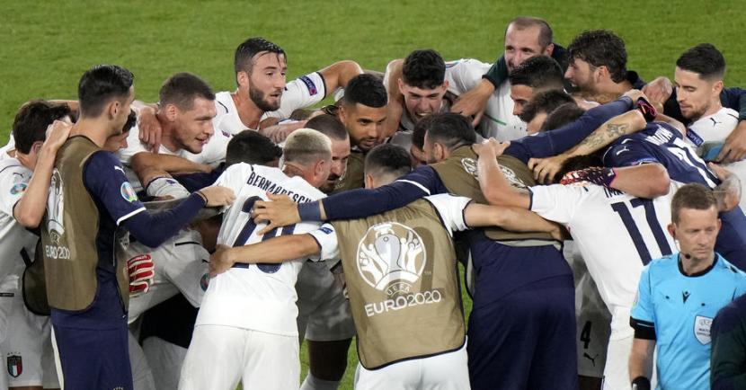 Para pemain timnas Italia saat merayakan kemenangan usai menggasak Turki 3-0 dalam laga Grup A Euro 2020 di Stadion Olimpico, Roma, Jumat (11/6).