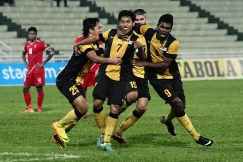 Para pemain Timnas Malaysia U-23 merayakan sebuah gol.