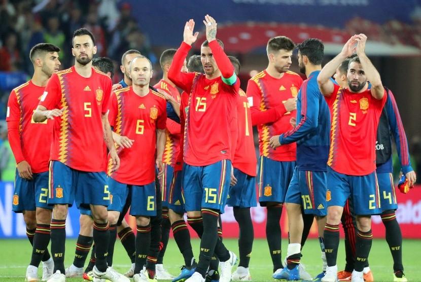 Para pemain timnas Spanyol memberi aplaus kepada penonton seusai laga penyisihan grup Piala Dunia 2018 lawan Maroko, Selasa (26/6) dini hari WIB. Spanyol lolos ke babak 16 besar.