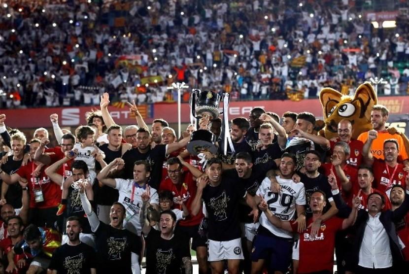 Para pemain Valencia merayakan keberhasilan menjuarai Piala Raja