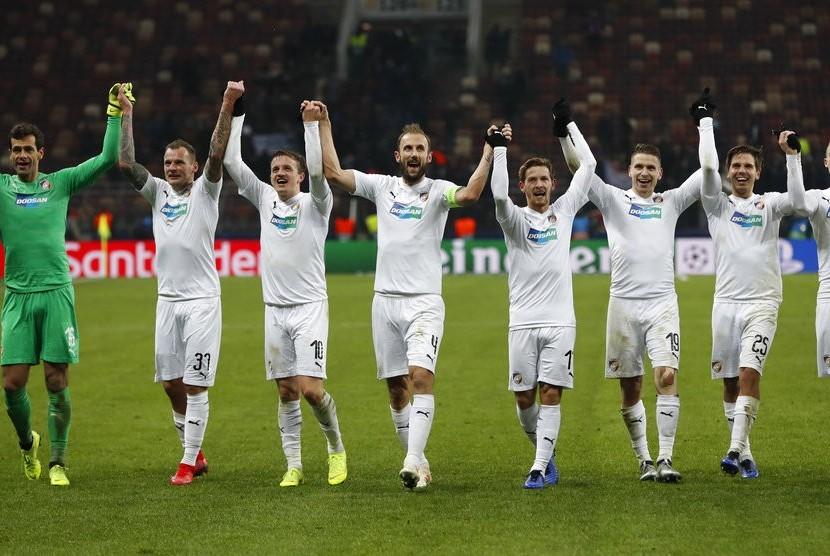 Para pemain Viktoria Plzen merayakan kemenangan 2-1 atas CSKA Moskow dalam laga Grup G Liga Champions.