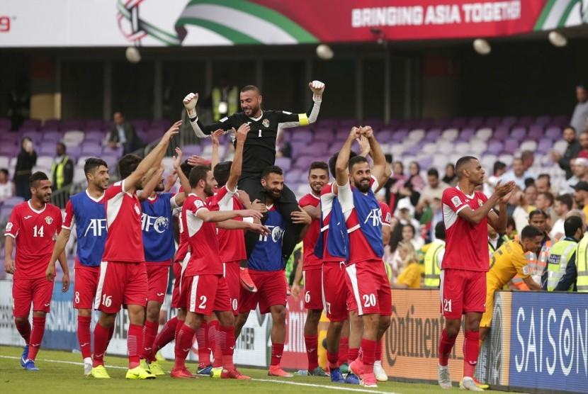 Para pemain Yordania merayakan kemenangan atas Australia pada laga perdana Grup B Piala Asia di Stadion Hazza Bin Zayed di Al Ain, Uni Emirat Arab, Ahad (6/1).,