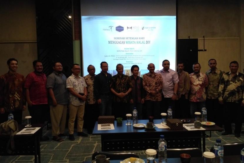 Para pembicara dan peserta berfoto bersama usai diskusi bertajuk Peluang dan Potensi Wisata Halal di DIY di Yogyakarta, Sabtu (21/5).
