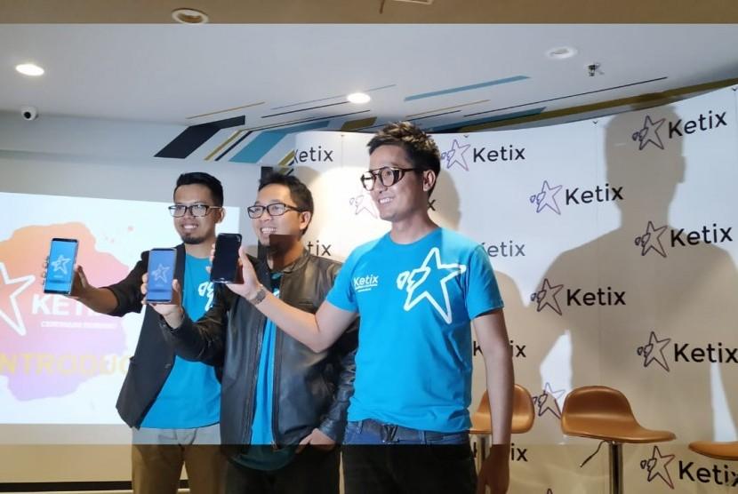 Para pembuat aplikasi Ketix, Tendi Murti, King Bagus, dan Dewa Eka Prayoga saat meluncurkan aplikasi Ketix, di wilayah Jakarta Pusat, Selasa (9/7).